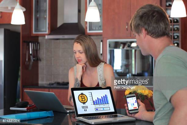 working from home - crypto monnaie photos et images de collection