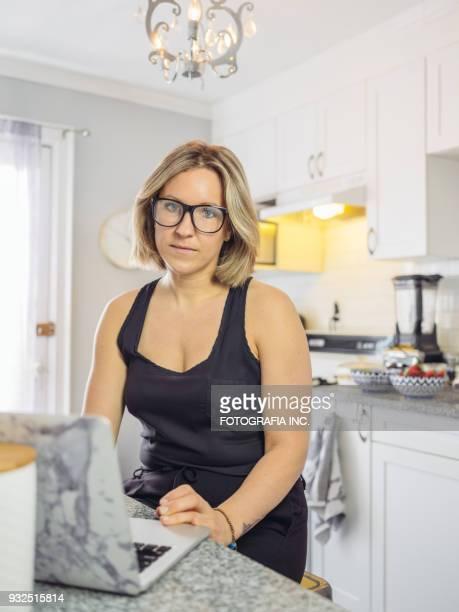 werken vanuit huis - alleen mid volwassen vrouwen stockfoto's en -beelden