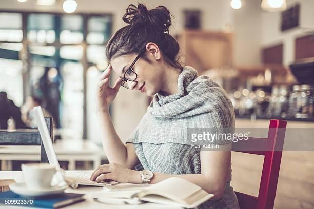 Travaillant dans un café