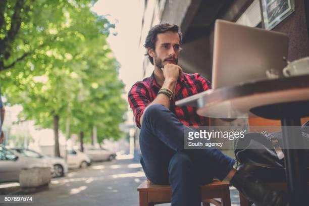 Travaillant au café