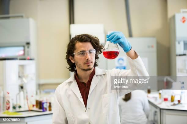 Travail en laboratoire de chimie