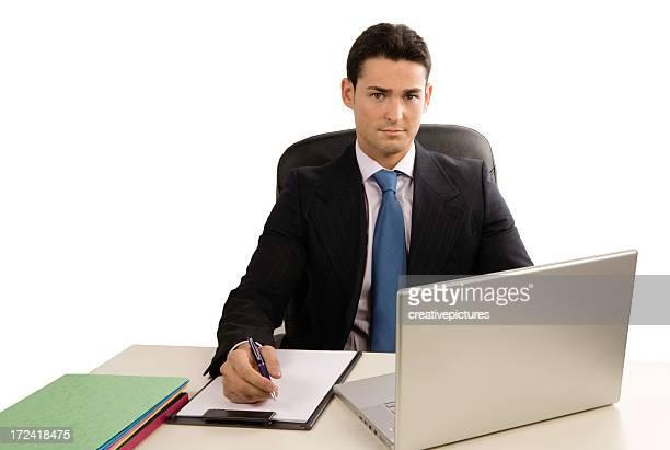 Travaillant dans le bureau