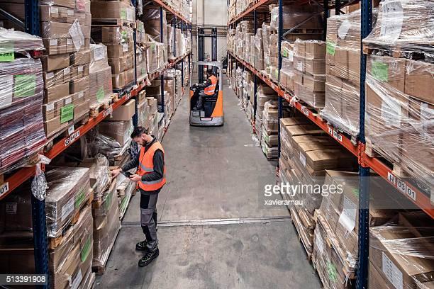 De trabajo en el almacén de distribución