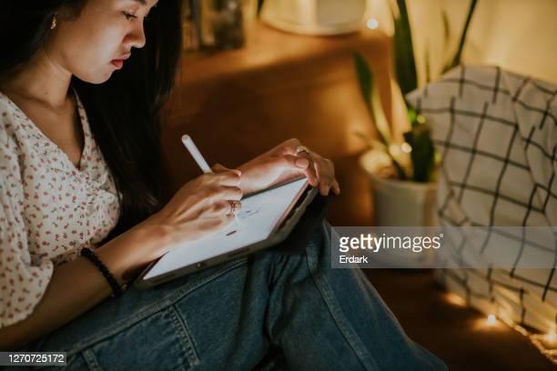 アニメーターの女性ストック写真の後半で働く - カトゥーニスト ストックフォトと画像