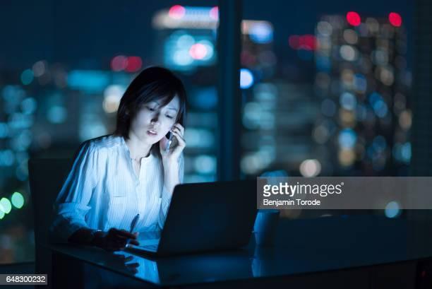 working late - 働き過ぎ ストックフォトと画像