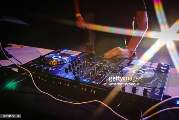 dj working on concert - dj photos et images de collection
