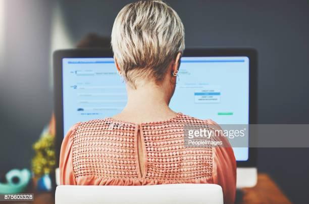 werken aan het creëren van haar eigen succes - achter stockfoto's en -beelden