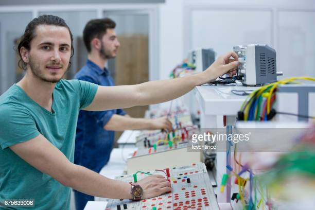 Arbeiten an elektrischen Platine