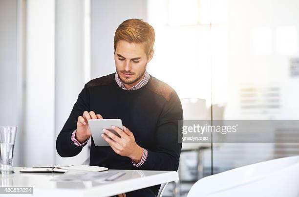 Travaillant sur sa tablette