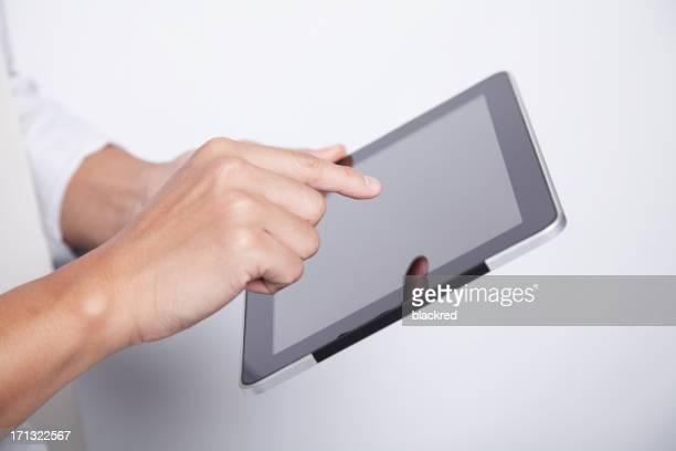 Travaillant sur une tablette à écran tactile