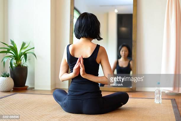 working out - lotuspositie stockfoto's en -beelden