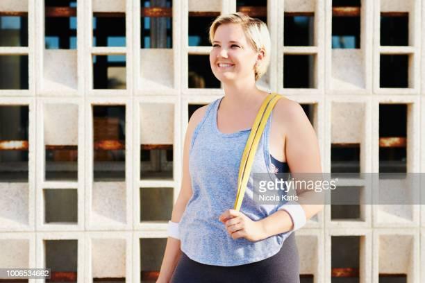 arbeiten mit mein gummiband heute - curvy woman stock-fotos und bilder