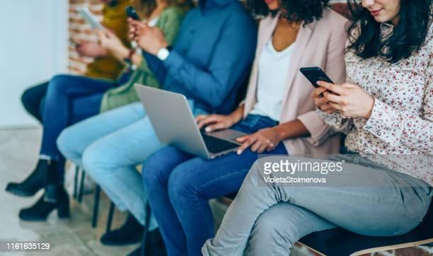 arbeiten, dass soziale netzwerke - medium group of people stock-fotos und bilder