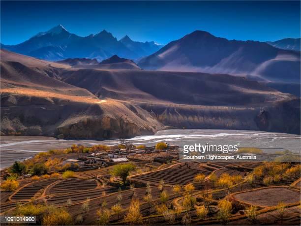 working the fields at tiri, annapurna range, upper mustang, nepal - ネパール ストックフォトと画像