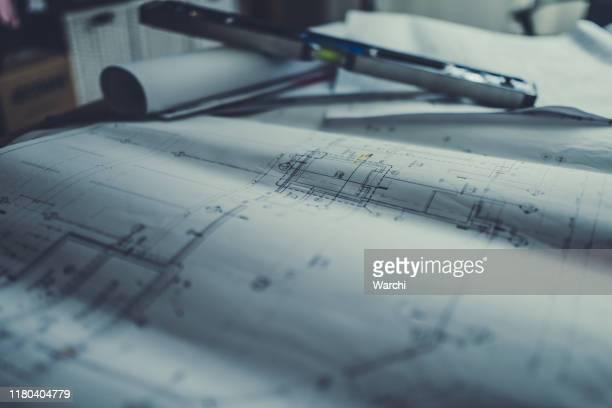 arbeitswerkzeuge über architektonische baupläne - lageplan stock-fotos und bilder