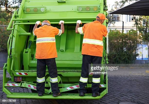 Un nettoyeur travaillant en direction de la ville