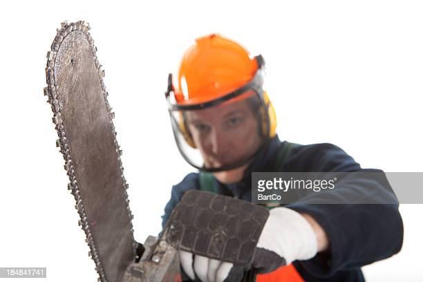 Travaillant avec une scie