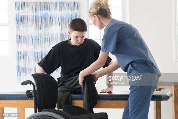 trabalhando com um fisioterapeuta - physical education - fotografias e filmes do acervo