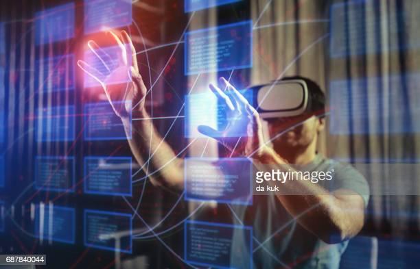 Trabajo con gráficos futuristas gafas de realidad Virtual