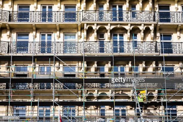Ouvrier sur des échafaudages, remise à neuf de l'architecture victorienne de Brighton, Royaume-Uni