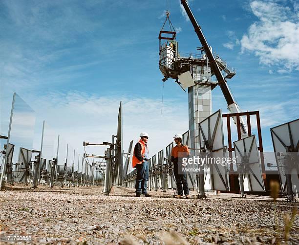 workmen at solar thermal research facility - 豪州 ニューカッスル ストックフォトと画像