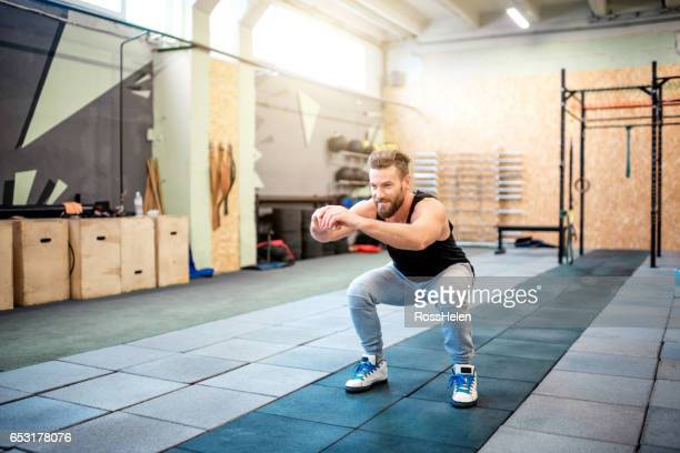 workout in the gym - hurken stockfoto's en -beelden
