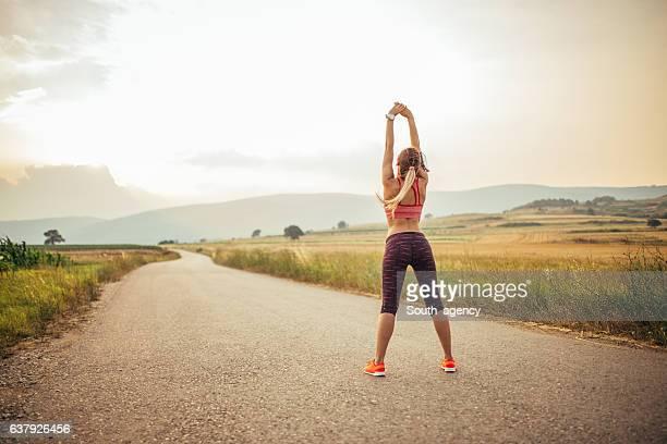 workout in the nature - junge frau strumpfhose stock-fotos und bilder