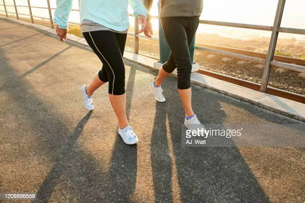 目的を持ったワークアウト - 人の足 ストックフォトと画像