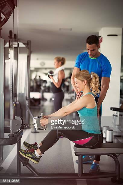 Training mit einem persönlichen trainer in das Fitness-Studio.
