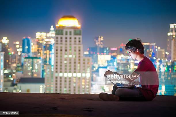 Arbeitsplatz in der Stadt bei Nacht