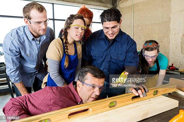 Workshop Mitarbeiter sehen Sie als Manager nutzt Richtmaschine