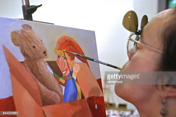 Workshop für Mund und Fußmalerei Mundmalerin malt ein Stillleben