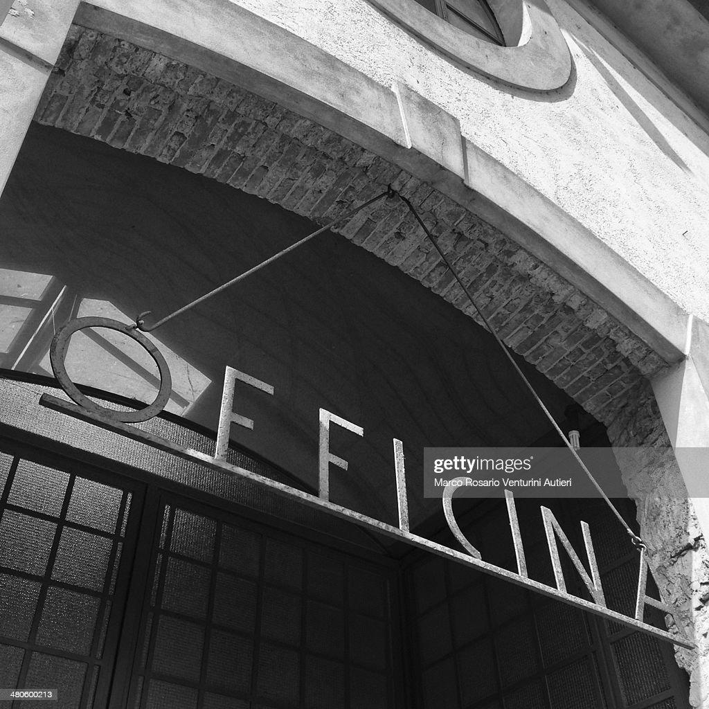 Workshop sign, in Italian : Stock Photo