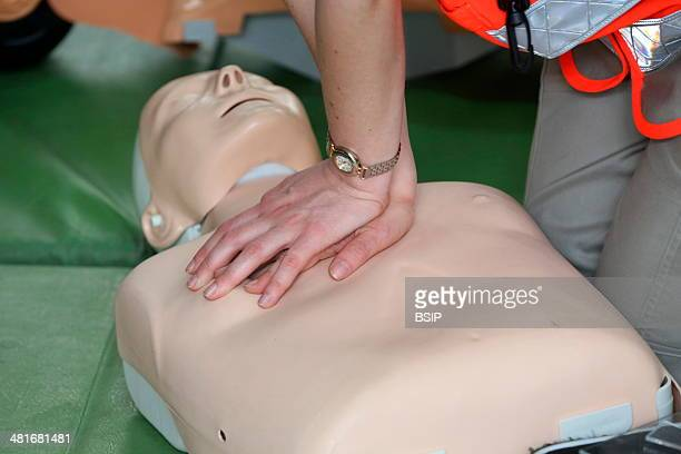 Workshop withe the Red Cross Lifesaving first aid on a model