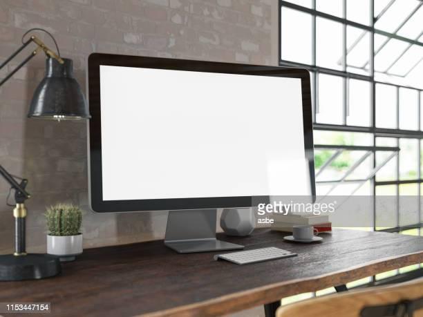 espaço de trabalho com tela de computador em branco - computador desktop - fotografias e filmes do acervo