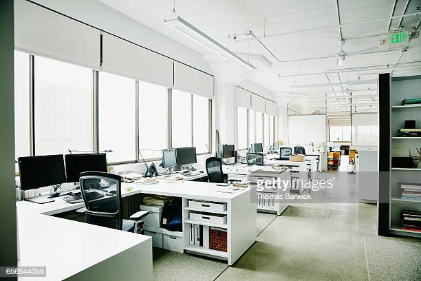 workstations in empty office - niemand stock-fotos und bilder