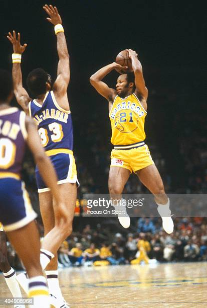 World B Free of the Golden State Warriors looks to pass the ball over the top of Kareem AbdulJabbar of the Los Angeles Lakers during an NBA...
