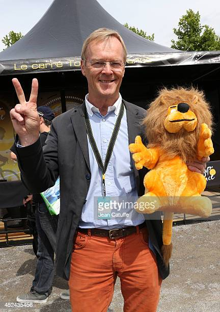 World champion in rally and four times winner of ParisDakar Ari Vatanen of Finland poses with the lion the Tour's mascot before stage fifteen of the...