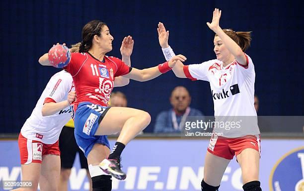 World Championships Womens Handball Serbia vs. Denmark - Marianne Bonde PEDERSEN, Danmark / Denmark har fat i modstander. © Jan Christensen,...