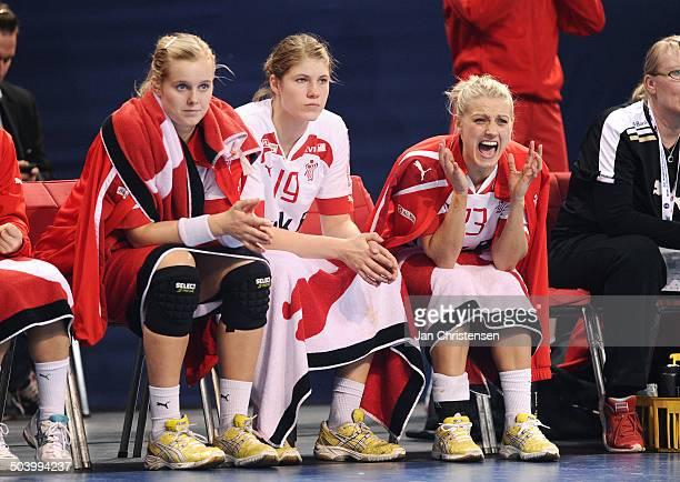 World Championships Womens Handball Serbia vs. Denmark - Triste miner på den danske udskiftningsbænk - f. R.v. Susan Torp THORSGAARD, Line Anna...