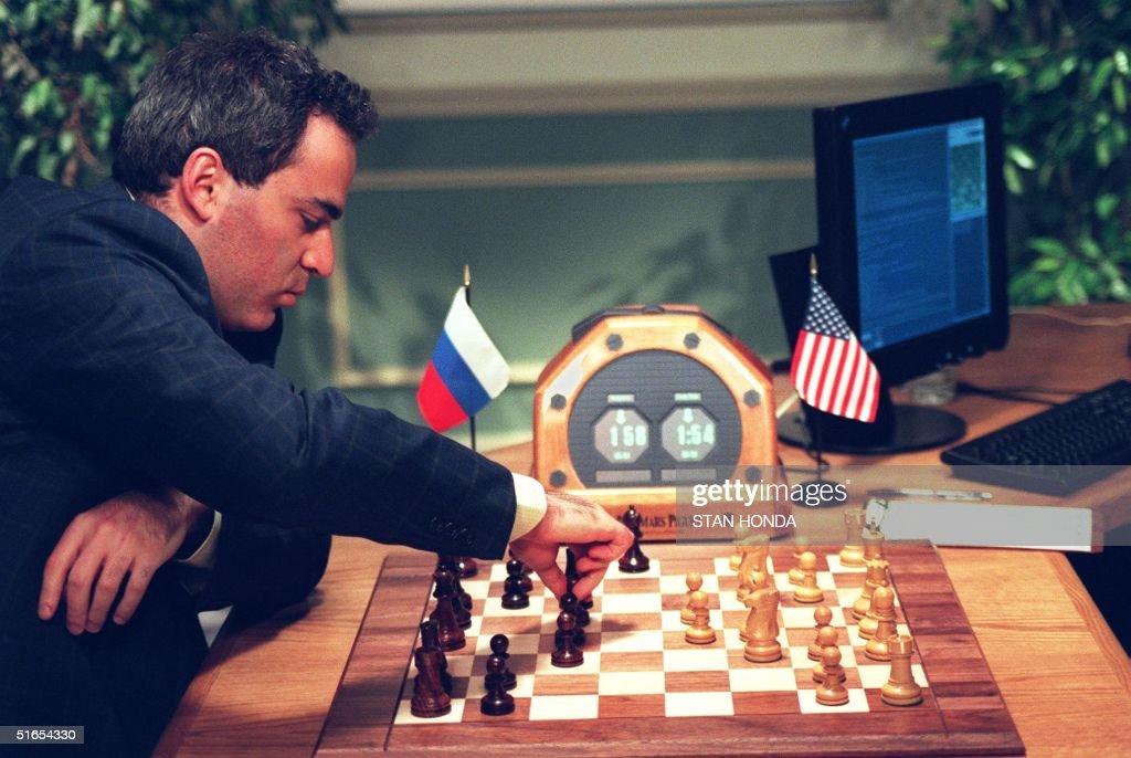 World Chess Champion Garry Kasparov (L) makes a mo : News Photo