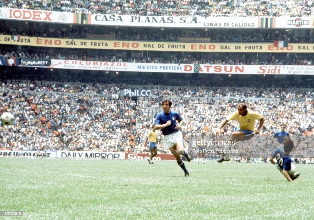 World Cup Final 1970 Mexico City, Mexico. 21st June, 1970. Brazil 4 v Italy 1. Brazil's Gerson beats Italian players from outside the penalty area to put his side 2-1 ahead in the World Cup Final. : Nieuwsfoto's
