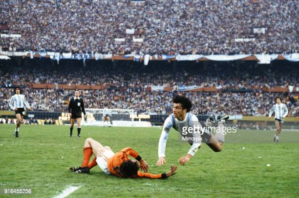 World Cup Final at the Estadio Monumental in Buenos Aires Argentina Holland 1 v Argentina 3 Argentine captain Daniel Passarella clashes with Dick...