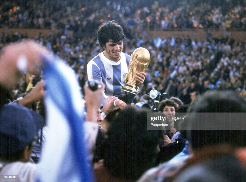 1978 World Cup Final. Buenos Aires, Argentina. 25th June, 1978. Argentina 3 v Holland 1 (aet). Argentine captain Daniel Passarella holds the World Cup trophy amid chaotic scenes at the end of the match : Fotografía de noticias