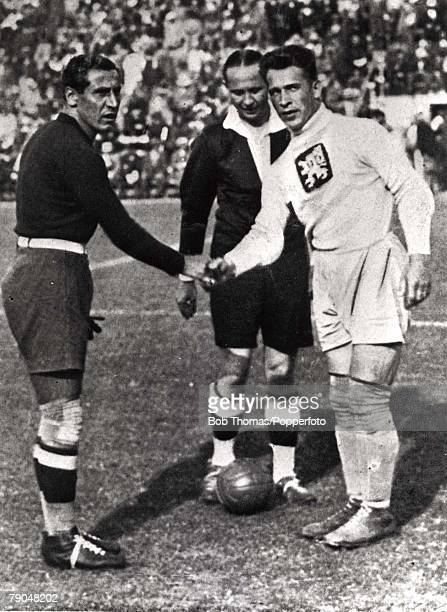 World Cup Final Rome Italy Italy 2 v Czechoslovakia 1 10th June Italian goalkeeper and captain Combi shakes hands with Czechoslovakian goalkeeper and...
