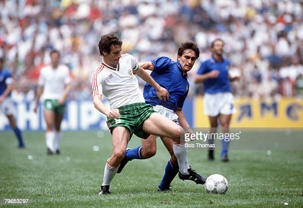 World Cup Finals Azteca Stadium Mexico 31st May 1986 Italy 1 v Bulgaria 1 Italy's Giuseppe Galderesi battles for the ball with Bulgaria's Gheoghi...