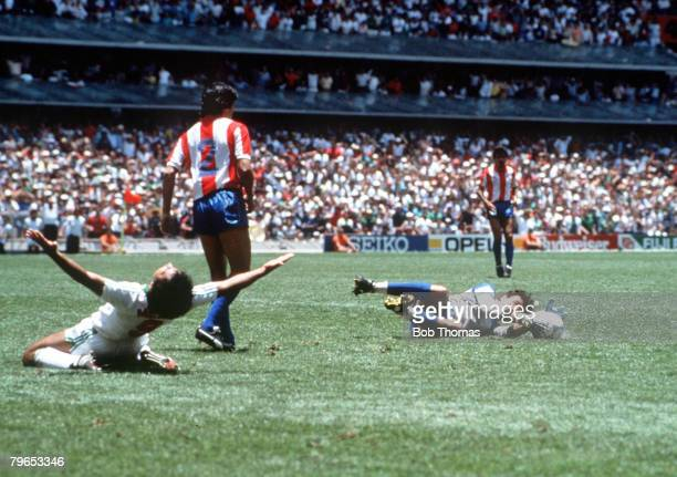World Cup Finals Azteca Stadium Mexico 7th JuneMexico 1 v Paraguay 1 Mexico's Hugo Sanchez despairs as Paraguay's goalkeeper Roberto Fernandez saves