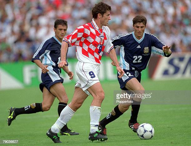 World Cup Finals Bordeaux France 26th June Argentina 1 v Croatia 0 Davor Suker of Croatia watched by Argentina's Vivas and Javier Zanetti