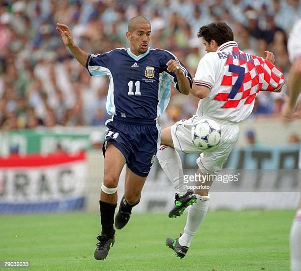 World Cup Finals Bordeaux France 26th June Argentina 1 v Croatia 0 Juan Veron of Argentina with Croatia's Aljosa Asanovic