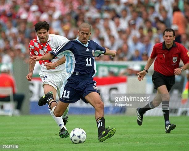 World Cup Finals Bordeaux France 26th June Argentina 1 v Croatia 0 Argentina's Juan Veron runs past Croatia's Asanovic